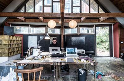 sandra hauser all'opera nella capanna-laboratorio - foto giacomo de donà