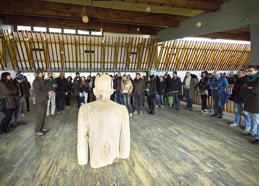 Pubblico attento ad uno studio-visit, tra le nuove opere installate nella Colonia_Foto Giacomo De Donà