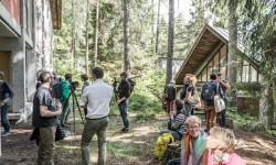 Capanna-atelier della residenza d'artista e padiglioni nel bosco della Colonia