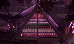 Tent Lab - Reinterpreta l'architettura da campeggio di Edoardo Gellner in una struttura modulare temporanea decorata da motivi quadrati intagliati a mano e trasformata in un luogo per la comunità del villaggio per sperimentare con l'edibile della foresta così come con elementi esotici